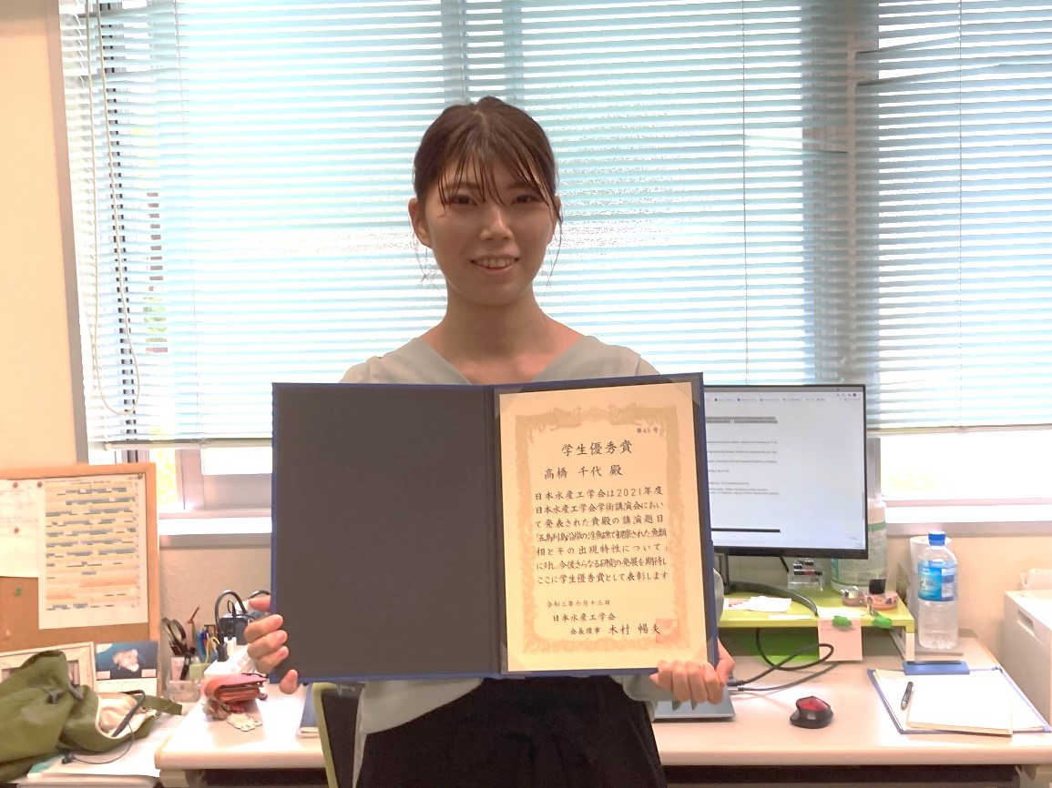 Ms. Takahashi with her award certificate.