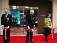 下村脩名誉博士顕彰記念館のテープ カットをする左から片峰学長, 下村名誉博士,下村夫人