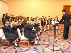 祝賀会の冒頭で演奏を行う 附属小学校金管バンド部