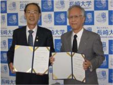 協定書に署名した片峰学長(右) と寺田教育長