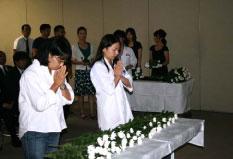 参列者全員による献花
