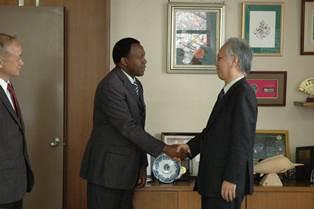 握手するワンブア工学部長と片峰学長