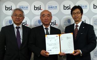 認証書授与式  (右から,竹尾BSIグループジャパン社長,佐久間理事,松田情報メディア基盤センター長)