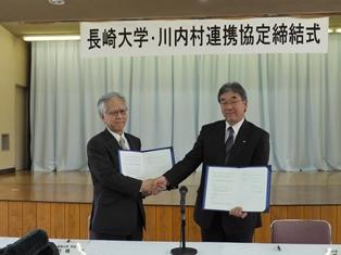 片峰学長と遠藤雄幸・川内村村長(写真右)が協定書に調印