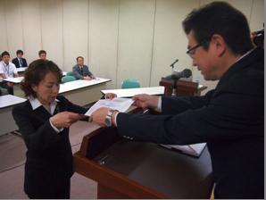 下川医学部長から表彰状を授与される林田助教
