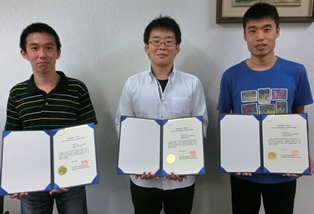 左から順に伊野拓一郎さん、土肥慶亮さん、劉 日成さん