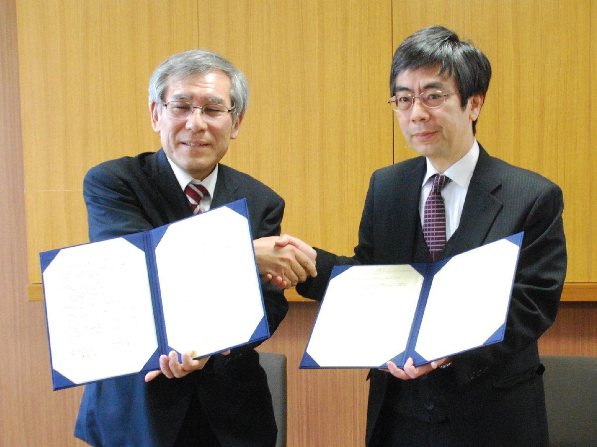 渡辺会長(左)と岡田学部長