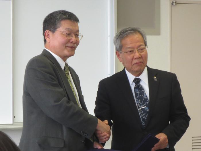 握手する増崎病院長(写真左)と病院米倉企業団長