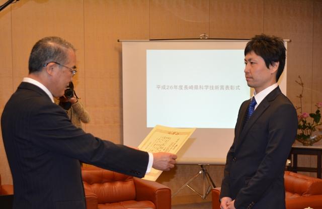 中村知事から表彰を受ける森講師
