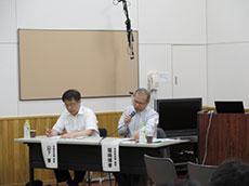 有識者会議の検討結果を説明する福崎博孝議長(右)