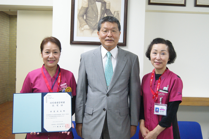 左より赤星衣美看護師長、増?英明病院長、萩原絹子看護部長