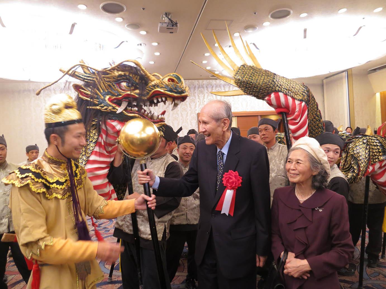 籠町龍踊保存会による龍踊りの玉を 手にする下村脩名誉博士ご夫妻