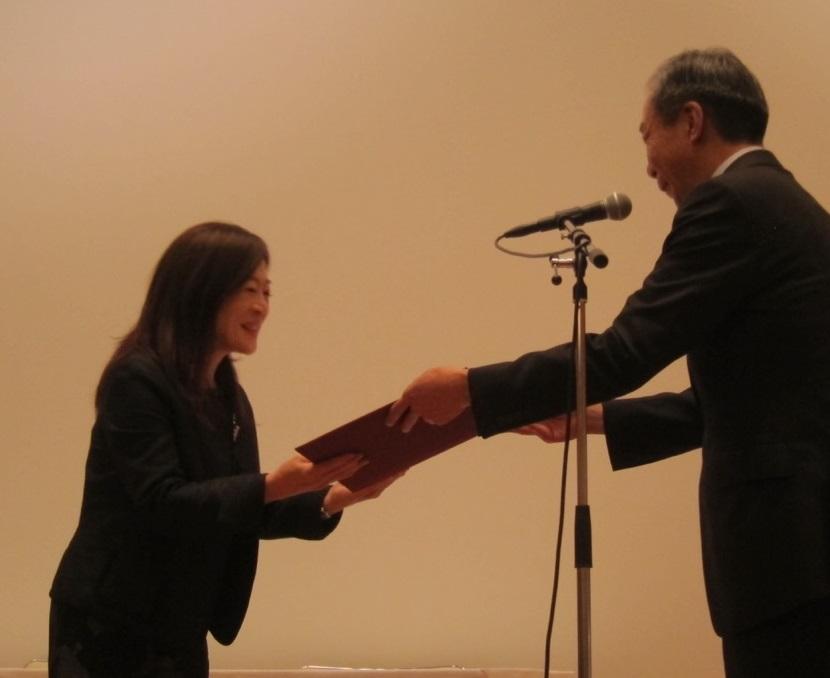 表彰状を受け取る伊東副学長(写真左側)