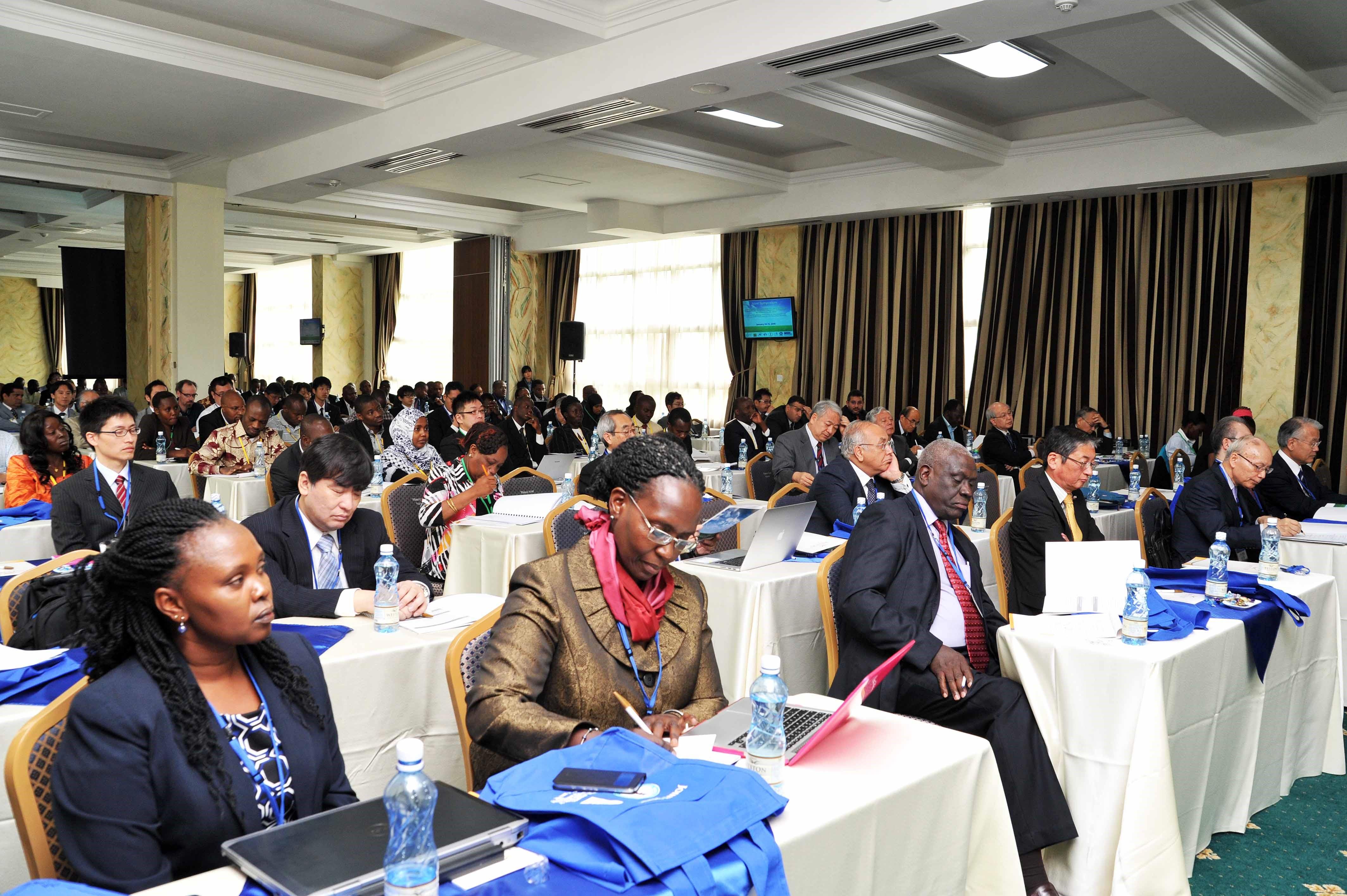 長崎大学とケニア中央医学研究所(KEMRI)が1月14日、15日にケニアのナイロビで開催したシンポジウム。大阪大学と東北大学、国立研究開発法人日本医療研究開発機構(AMED) が共催、文部科学省と国立研究開発科学技術振興機構(JST)が後援した