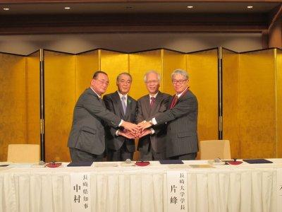 (協定を結んだ(左から)坂井理事長,中村知事,片峰学長,木下学長)