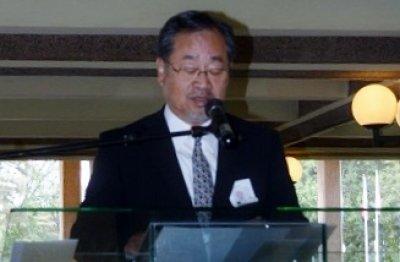 記念式典で長崎大学の長年にわたる 活動を紹介する一瀬拠点長
