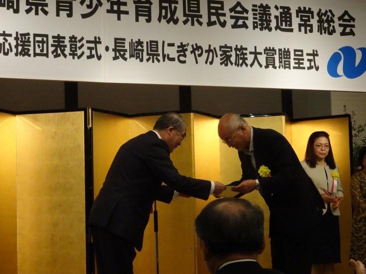 中村知事から表彰状を授与される西田デスクマネージャー