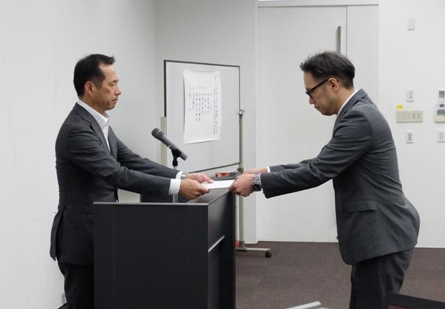 永安医学部長から表彰状を授与される糸永助教
