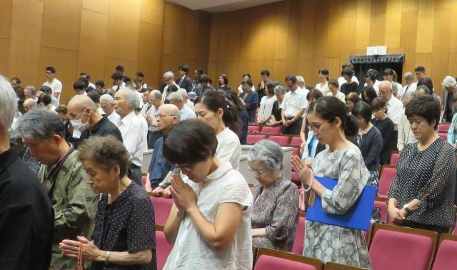 参列者による黙祷