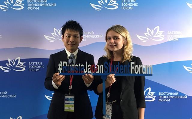フォーラムに参加した山口君(左)とロシアの大学生