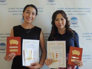 セメイ医科大学での2017年度長崎国際医学生奨励賞受賞者の医学生2名