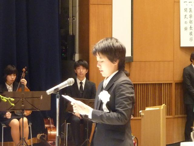 弔辞を述べる学生代表 医学部2年生 武優希