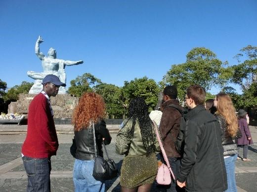 平和公園で平和案内人の説明を聞く学生