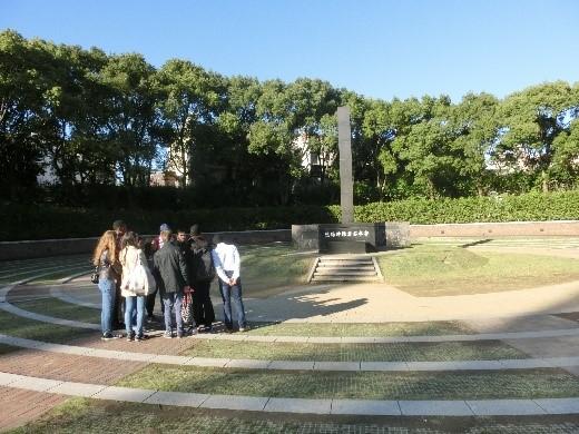 原爆落下中心地公園で説明を聞く学生