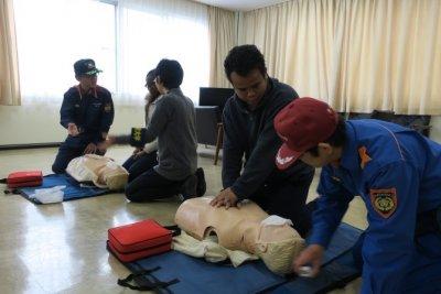AEDの指導をうける留学生