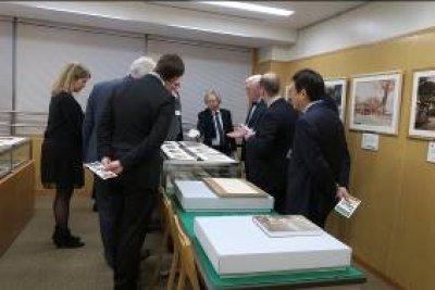 古写真の説明を受けるライデン大学の一行