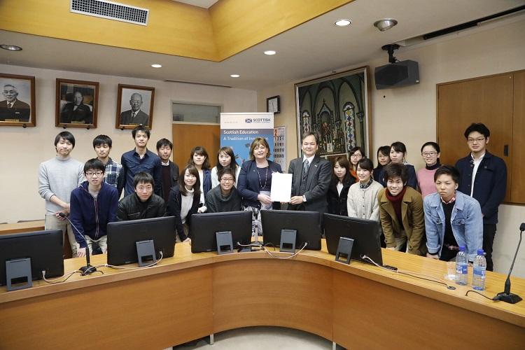 講演後にヒスロップ大臣を囲んで参加学生との記念撮影