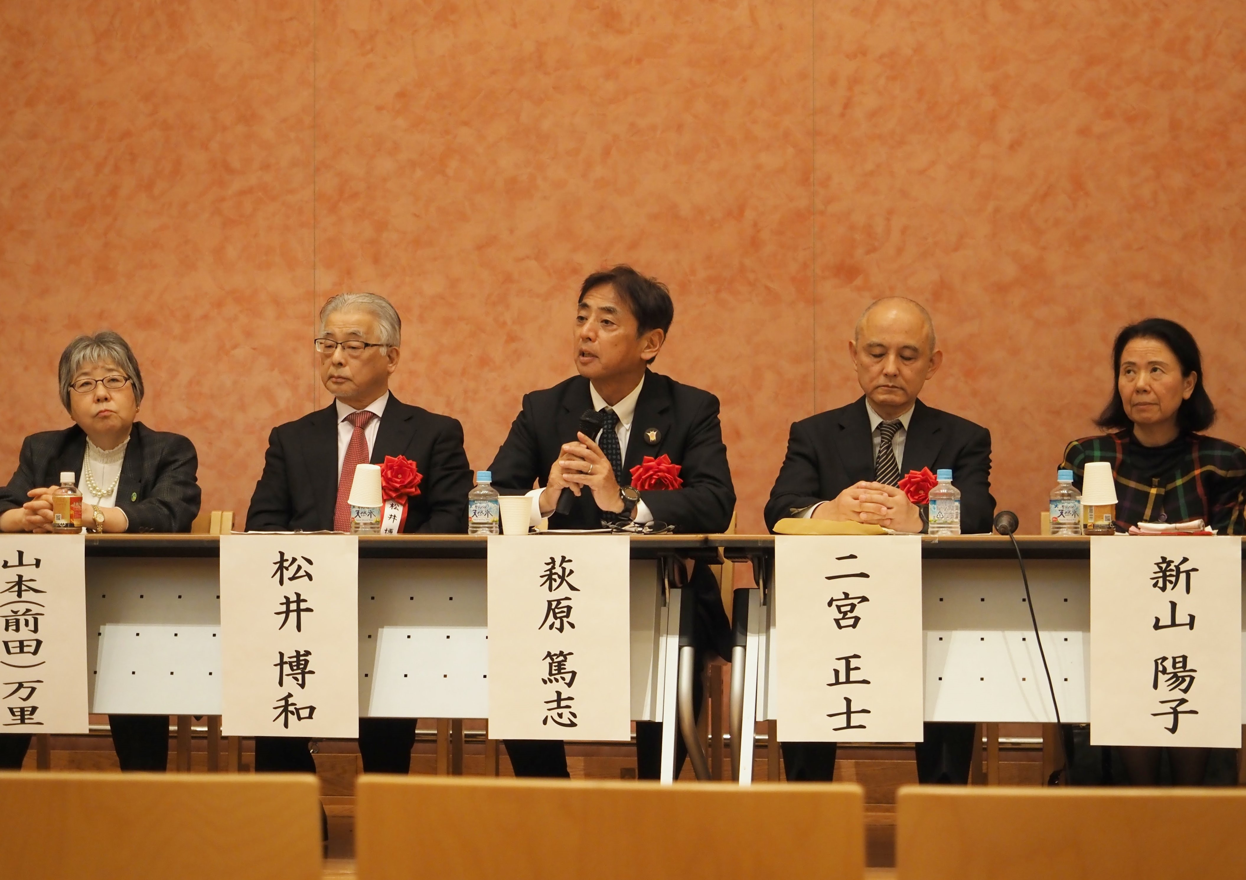 パネルディスカッションで意見を述べる萩原教授(中央)