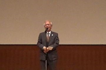 開会の挨拶を行う片峰学長特別顧問