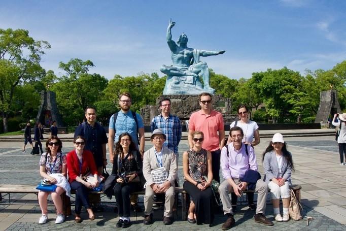 5月24日:平和祈念像前で集合写真