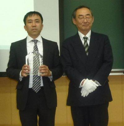 受賞した淵上准教授(左)と 家入日本薬学会九州支部長(右)
