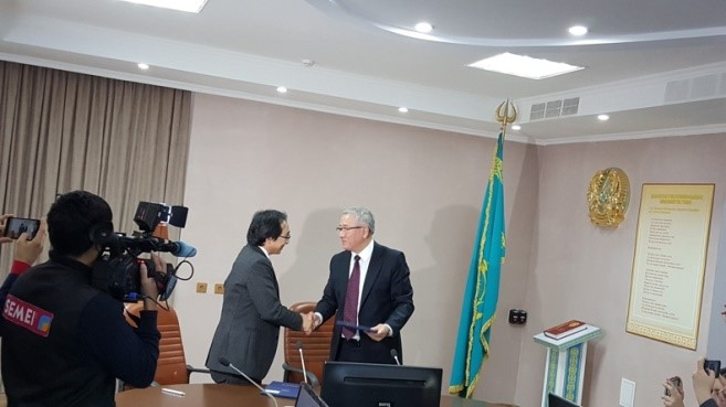 協定書を交換する中島教授とSandybayev所長