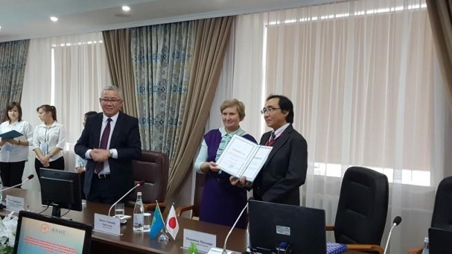 N.V. Sharova副市長から中島教授にセメイ市長栄誉賞(the Certificate of Honor)が贈呈されました