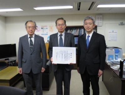 経済学部の松本睦樹教授が「労働行政功労者表彰」を受彰しました