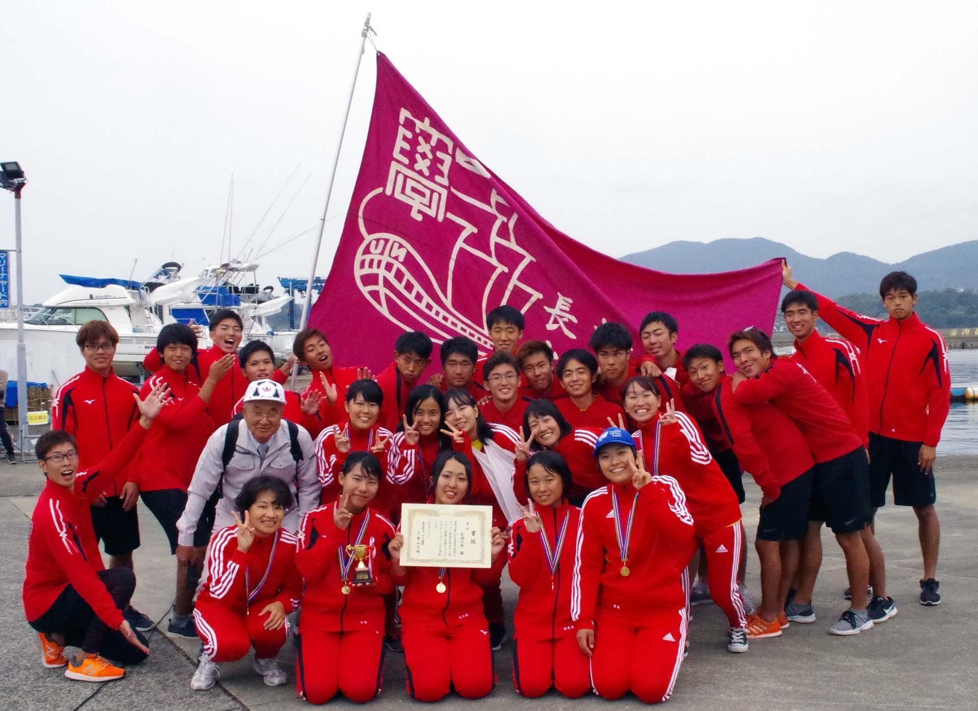 優勝を喜び合う水産学部端艇部員らと高山久明全日本カッター連盟会長(二段目左端)
