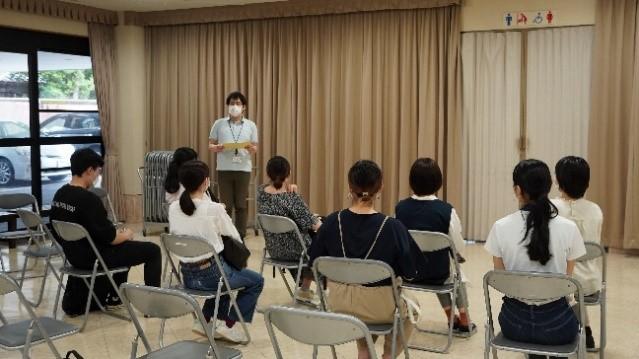 県担当者から説明を受ける学生達