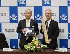 記念品交換 緑川理事長(左)と片峰学長(右)
