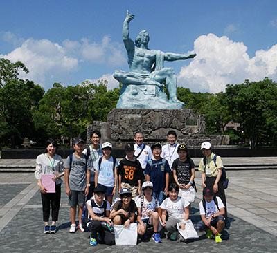 平和祈念像前での記念写真
