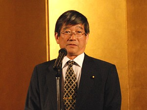 スピーチをする冨岡 勉衆議院議員 トップページ・フォト・アーカイブズ 挨拶を述べる村田研究科長
